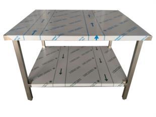 realizzazione-tavolo-acciaio-inox-ripiano-inferiore-su-piedini